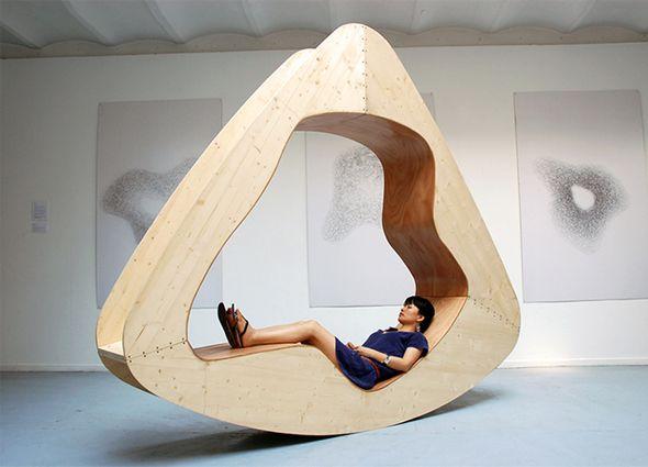 Designer chinoise, Yuan Yuan vit et travaille à Paris. Elle vient de créer la Maison Nuage, espace de détente semi-ouvert et confortable, en bois massif et contreplaqué, qui s'utilise dans trois positions différentes: sous forme de rocking chair, d'assise classique et de lit.