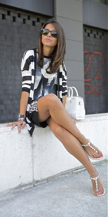 How about this chic outfit for an afternoon get together with friends?