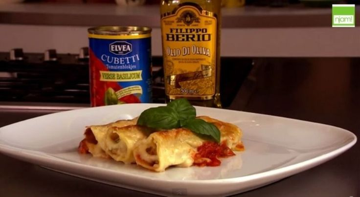 Bereiden: Rooster de pijnboompitten in een pan. Verwijder de steeltjes van de spinazie en hak fijn. Voeg samen met het kippengehakt, de ricotta en de geroosterde pijnboompitten. Kruid met peper en zout en meng alle ingrediënten goed onder mekaar. Neem een grote ovenschaal en doe hierin een blik Elvea Cubetti basilicum. Vul de cannellonibuisjes met het gehaktmengsel en leg op de tomatensaus.
