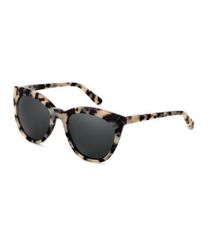 Beige/Mönstrad. PREMIUM QUALITY. Ett par solglasögon med mönstrade bågar i acetat. Solglasögonen har UV-skyddande, polariserade glas. Levereras med