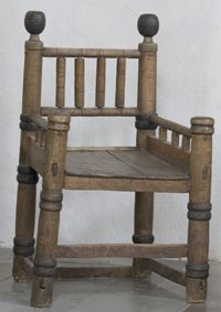 Similar to chair in Hereford Cathedral Romansk biskopsstol från 1200-talet' Skällvik