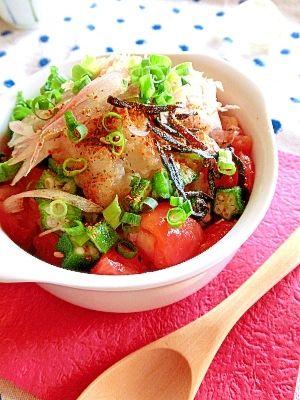 「トマトとオクラと大根おろしの汁かけ飯」トマト・大根おろしをたっぷりと使った汁かけ飯。茗荷や葱と一緒に朝食にどうぞ。【楽天レシピ】