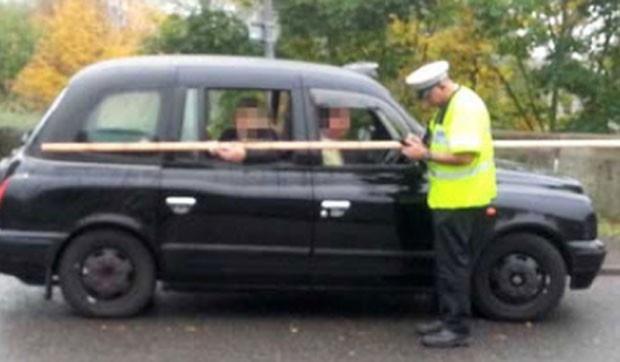 Taxista é multado por levar mulher segurando pedaço de madeira de 3 m  Taxista foi parado pela polícia em Essex, no Reino Unido.  Mulher viajava no banco traseiro e segura pedaço de madeira.