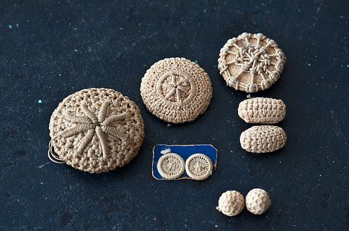 (via Knit Buddies: kitty: needle lace buttons and crochet buttons)