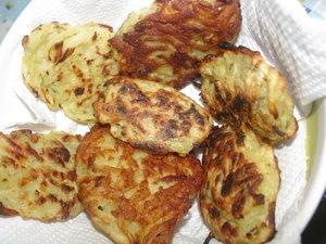 """Hash Browns  2 batatas médias raladas  1 cebola ralada  1/4 xícara de farinha  1 ovo  temperos a gosto  óleo p/fritar    Directions:  Lave as batatas raladas e escorra-as bem.  Em 1 tigela, usando o garfo, misture batata+cebola+ovo+farinha+ temperos.    Aqueça bem um pouquinho de óleo em uma frigideira.  Distribua a batata formando um tipo de panqueca (fiz """"panquequinhas""""), não deixe muito grossa.  Deixe dourar um lado e depois o outro.Retire da frigideira e escorra em papel toalha."""
