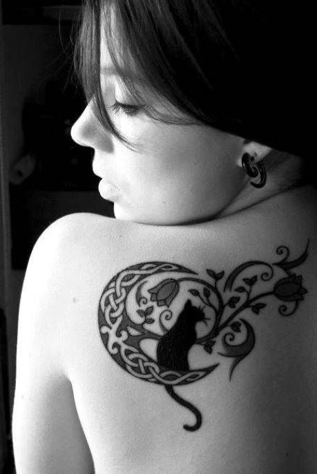Splendido tatuaggio gatto nero con luna e fiori