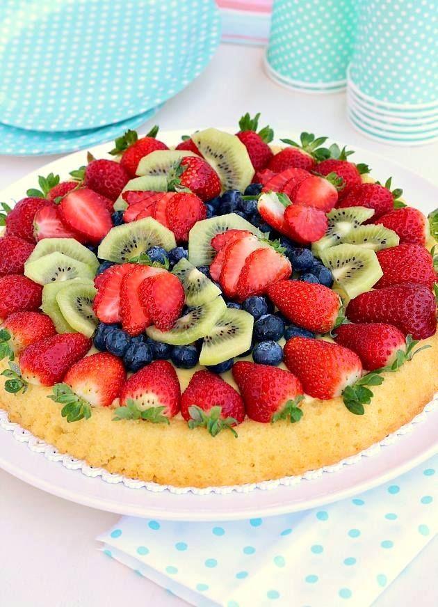 La crostata morbida alla frutta è un dolce semplice, fresco e gustoso adatto per l'estate in arrivo. Potete decorarla seguendo la stagionalità dei frutti in modo da cambiare ogni volta effetto e decoro. La base di questa torta è morbida, si fa velocemente e si presta benissimo per essere farcita con