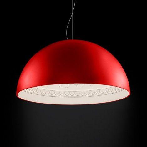 Dôme suspendu rouge d'Italie avec intérieur en plâtre blanc orné de motifs florales pour amené une touche chic.