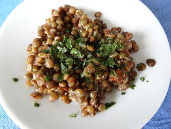 キャロット・ラペと同じくらい人気の定番メニューが、レンズ豆のサラダ。レシピにはさまざまなバリエーションがありますが、茹でたレンズ豆とドレッシングを和えるのが基本。簡単にできるのが嬉しい一品です。ぷちぷち、ほくほくしたレンズ豆の歯ごたえとのほのかな酸味がくせになります。  ■材料 ・レンズ豆 100g ・エシャロットのみじん切り 1個分 ・フランスの粒マスタード 大さじ1 1/2 ・バルサミコ酢 大さじ2    ・オリーブオイル 大さじ3 ・コリアンダーのみじん切りカップ 1/2 (お好みで調節) ・カレー風味の場合カレー粉 小さじ1 ・塩・胡椒  ■つくり方 1. たっぷりのお湯(塩は入れない)でレンズ豆をアルデンテに茹でたら、水洗いして水分を切ります。 2. ドレッシングの材料とよく混ぜてできあがり。