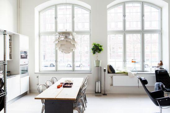 Kök industrifönster köksbord lampa