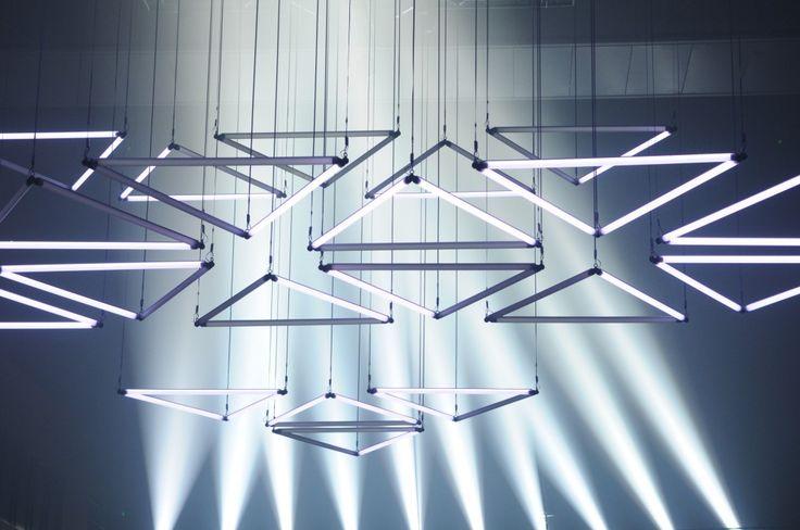 installation de lumière cinétique monumentale illuminera pour la Fête des Lumières 2013 l'Hôtel de Région Rhône-Alpes une installation lumineuse cinétique monumentale, pensée par le berlinois Christopher Bauder (WHITEvoid). Cette structure lumineuse de 150 barres de LEDs motorisées suspendues, propose une grille dynamique de 22m de lon