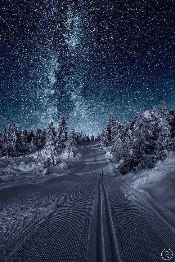 Y en la noche, al echarte de menos....miro al cielo cargado de estrellas y de misterios....y ahí en el abrazo de luz y sombra....estamos los dos