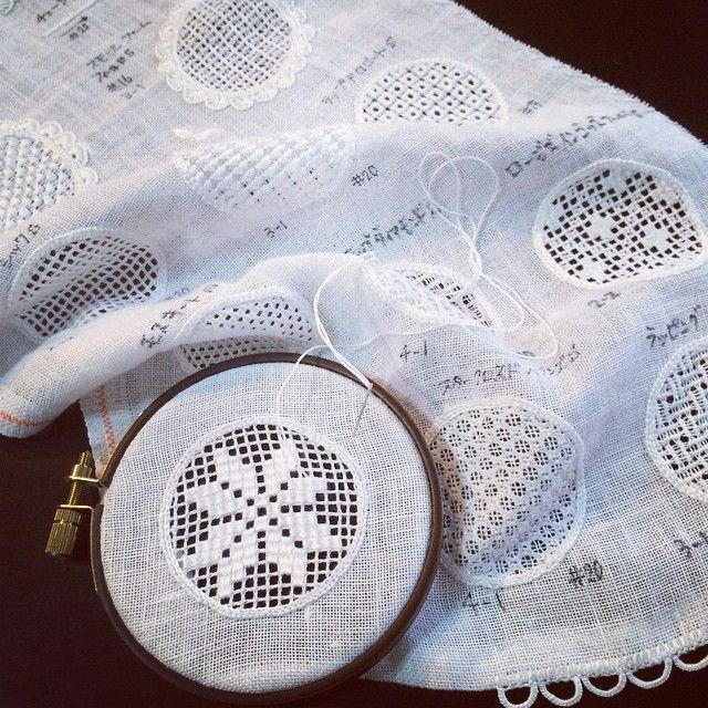 習い始めた時、大きいなぁと思ったサンプラーのリネン生地もステッチで埋まりました︎ 二枚目のサンプラーも楽しみ! #白糸刺繍 #刺繍 #ステッチ #シュヴァルム #シュバルム ...