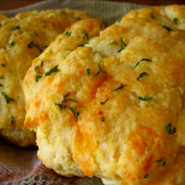 Red Lobster Cheddar Garlic Biscuit recipe:  2 cups Bisquick biscuit mix 2/3 cup milk  1/2 cup cheddar cheese (shredded)  1/4 cup butter (melted) 1/4 teaspoon garlic powder 1/4 teaspoon dried parsley   Then....Preheat oven to 450 degree. Mix