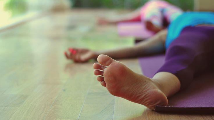 3 Posturas de Yoga para gente ocupada | GreenVivant                                                                                                                                                      Más