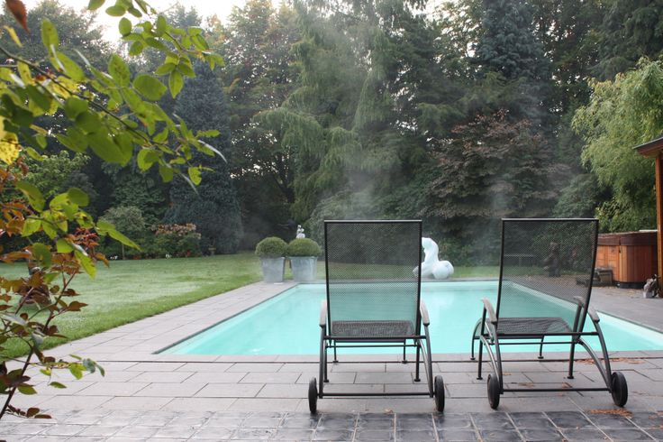 Het zwembad in de tuin dampend omdat het buiten koud is en het zwembad 28 c heerlijk genieten - Outdoor decoratie zwembad ...