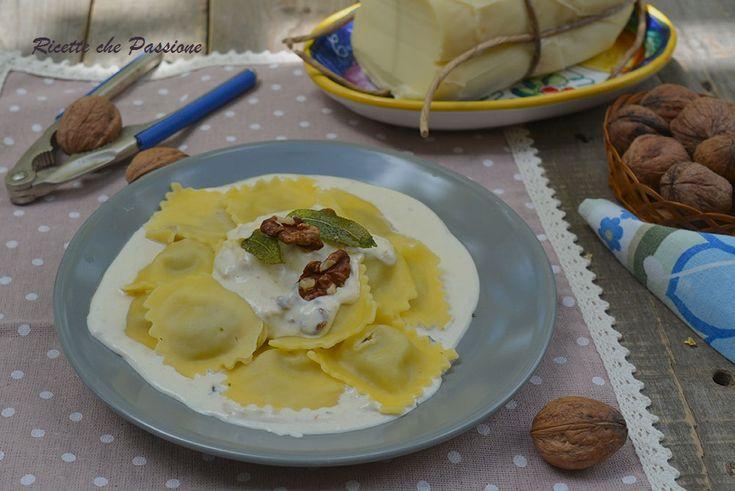 Ravioli ai funghi con Crema di Formaggio e Noci un primo facilissimo da preparare e gustoso, con ravioli freschi conditi con una salsa di formaggio e noci.