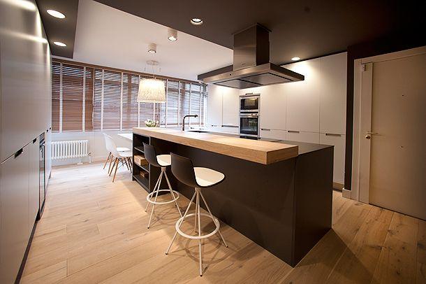 Una vivienda moderna y actual de Sube Susaeta Interiorismo uno de cuyos ejes principales gira en torno a la cocina, a cargo de Santos Estudio Bilbao