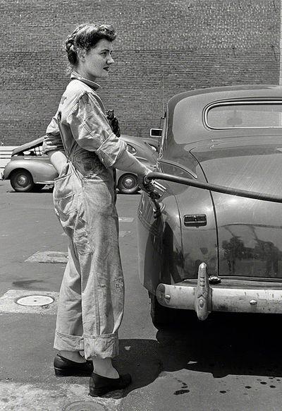 1943. Vrouwelijke  Pompbediende.