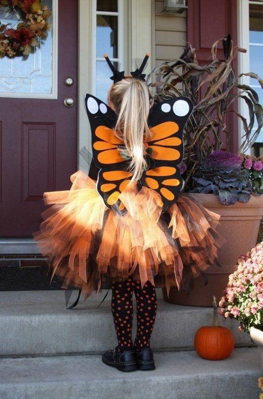 une petite fille papillon pour Halloween