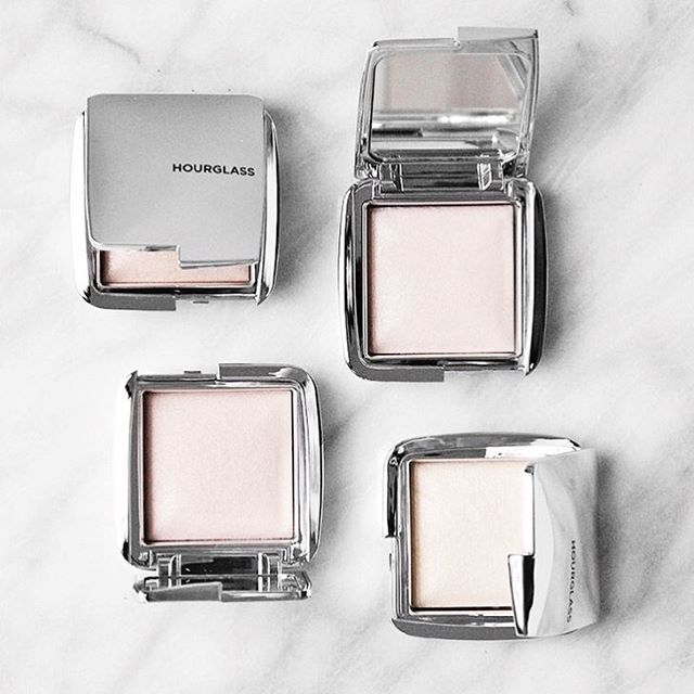 Nothing says midday pick me up like some ambient strobe lighting powders ✨ | : @gracejayde