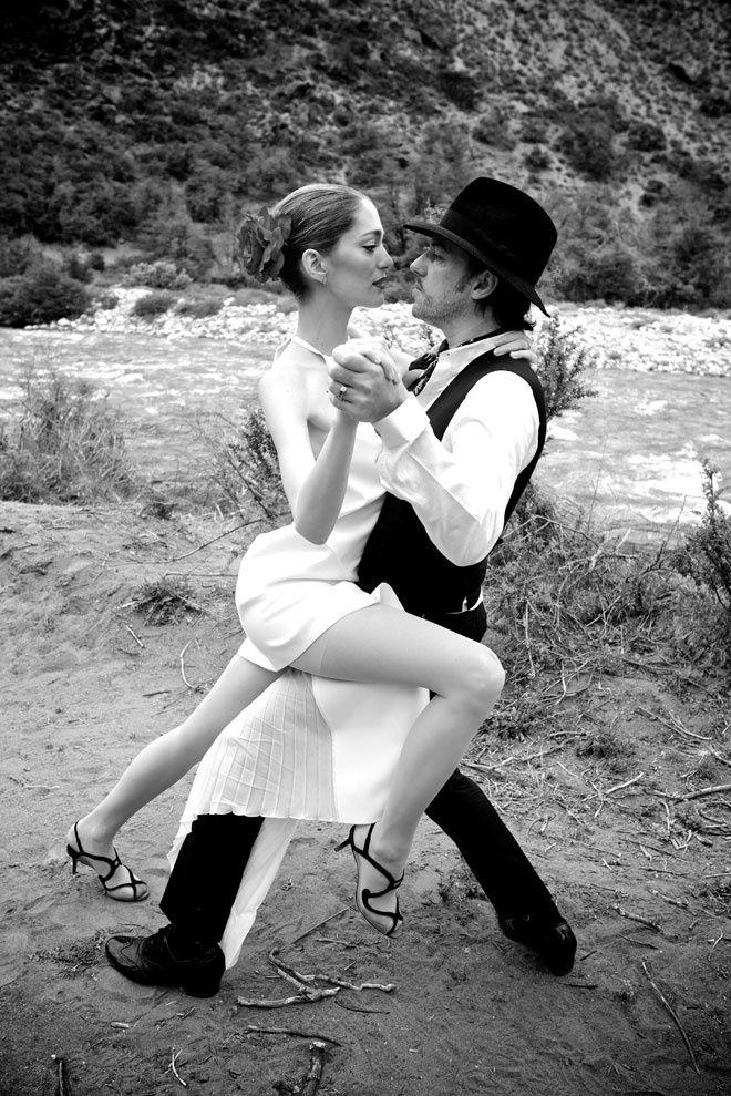 Sofia Sanchez de Betak et Alexandre de Betak dansent le tango http://www.vogue.fr/mariage/inspirations/diaporama/le-mariage-de-sofia-sanchez-barrenechea-et-dalexandre-de-betak-en-patagonie/19365/carrousel/1/plein-ecran#sofia-sanchez-de-betak-et-alexandre-de-betak-dansent-le-tango