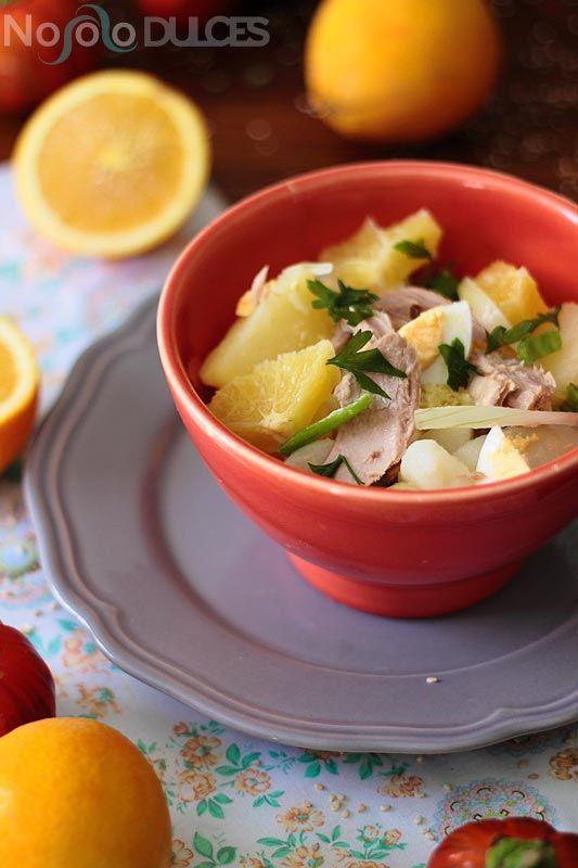 Receta de papas aliñás tradicionales andaluzas, o patatas aliñadas pero con naranja y melva, tal y como la hacemos en casa.