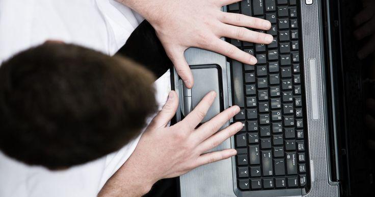 Cómo quitar la barra espaciadora para limpiar una computadora portátil. El uso constante del teclado de tu equipo portátil puede causar escombros y otros artículos que quedan atrapados en el teclado, lo que afecta tu rendimiento. Cuando esto ocurre, puede que tengas que quitar la barra espaciadora del teclado para limpiarlo a fondo. Quitarla requiere cuidado, porque si se daña, no podrás volver a colocarla una vez que ...
