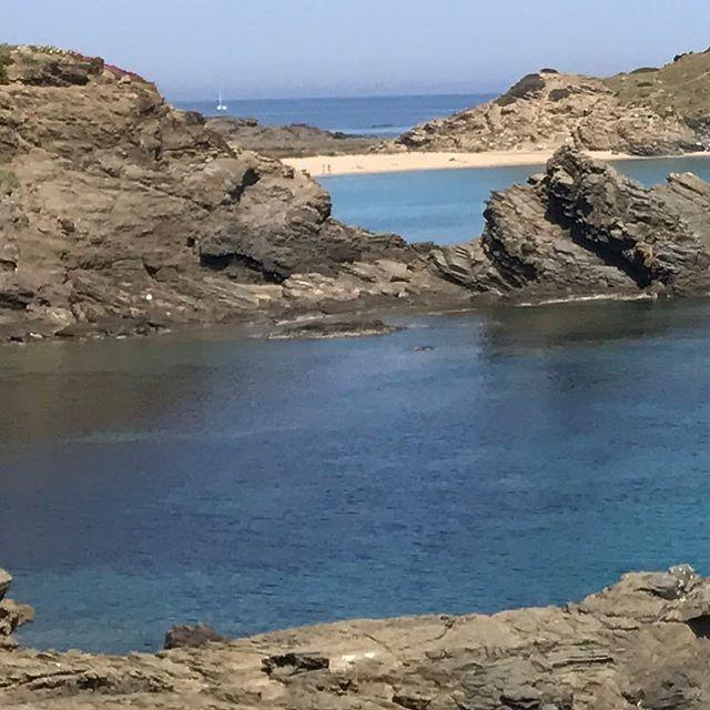 Roques, aigua, arena #SaMesquida #Menorca ⛰☀️