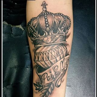 The 25+ best Diamond crown tattoo ideas on Pinterest ...