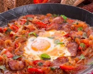 Ratatouille minceur œuf et chorizo à l'orientale : http://www.fourchette-et-bikini.fr/recettes/recettes-minceur/ratatouille-minceur-oeuf-et-chorizo-a-lorientale.html