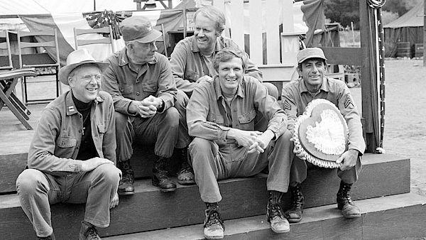 Herci seriálu M.A.S.H. Zleva William Christopher, Harry Morgan, Mike Farrell, Alan Alda a Jamie Farr během natáčení v Los Angeles.