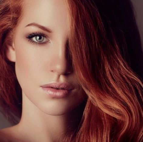 Tra i colore capelli 2016 c'è una tendenza che pare un dejâ-vù. Si chiama #broux ed è la versione in rosso del bronze che si ottiene mescolando castano intenso e rosso (brown e rouge, appunto). A chi sta bene: «A differenza del bronze, più indicato per incarnati olivastri e dorati, il broux valorizza qualsiasi tipo di carnagione. Basta giocare con la giusta nuance di rosso. #consiglipervoi #nuovetendenze #noccoparrucchieri #marieclaire #hair #look
