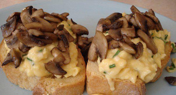 Запеченные бутерброды с яичницей и грибами