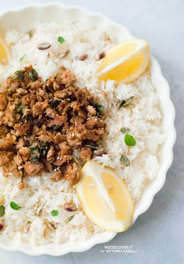 Insalata di riso basmati al limone con tonno e salvia ...tanti colori e aromi diversi, per un piatto leggero e gustoso!  La ricetta su http://noodloves.it/insalata-di-riso-basmati-limone-tonno/  #Insalata #Riso #Basmati #Limone #Tonno #Light #FacileVeloce #RicettaLeggera #Detox #DopoPasqua #RiceSalad