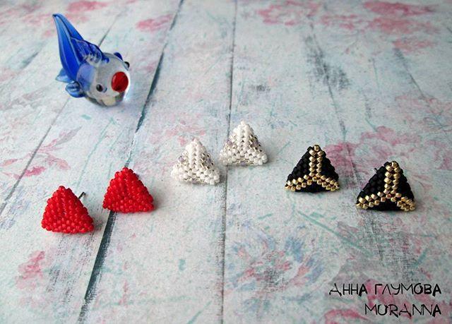Серьги-треугольники (пусеты) из мельчайшего японского бисера Toho #15 (в том числе и с металлизированным стойким покрытием) и металлической фурнитуры. Длина одной грани 14 мм. Черные 400 руб. Белые и красные 350 руб. #стильныесерьги #серьгипусеты #серьгигвоздики #пермькрасивая #украшенияпермь #бижутерияручнойработы #бижутерияпермь #серьгипермь #handmade #стиль #украшенияназаказ #классика #оригинальныесерьги #авторскиеукрашения #модныеукрашения #жгутизбисера #жгутомания #crochetbeads #crochet…