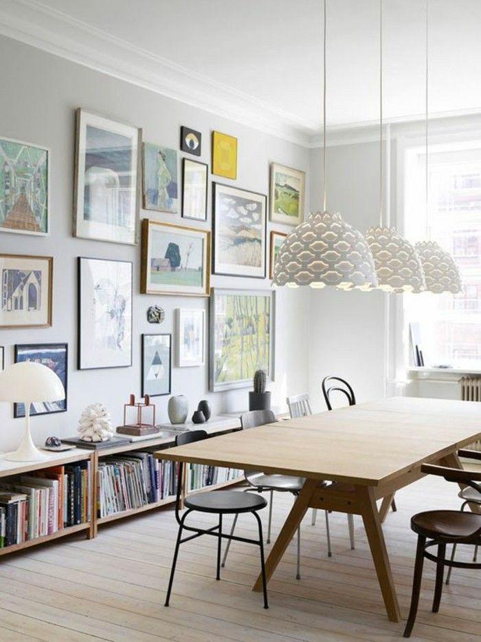 etagere bibliotheque, lampes blanches pendantes, chaises noires et table en bois