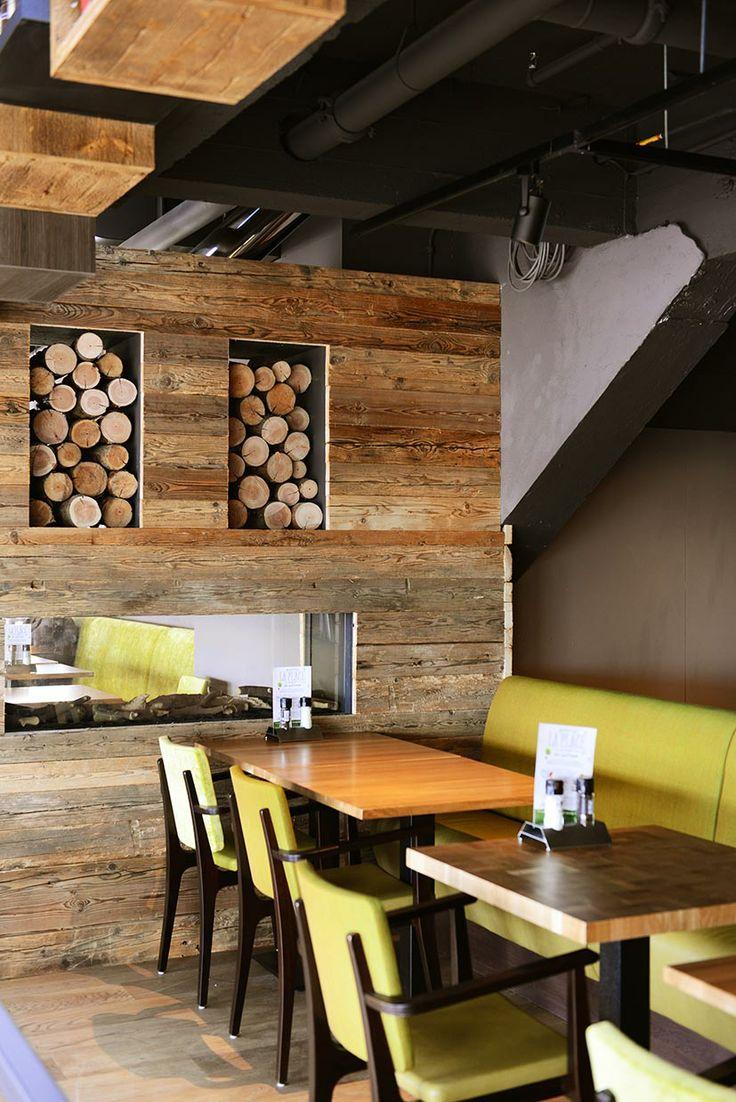 Hoge plafonds, #vintage #meubilair en er is gebruik gemaakt van #gerecycled materiaal. Bijvoorbeeld hergebruikt #sloophout. — bij La Place #Leiden.