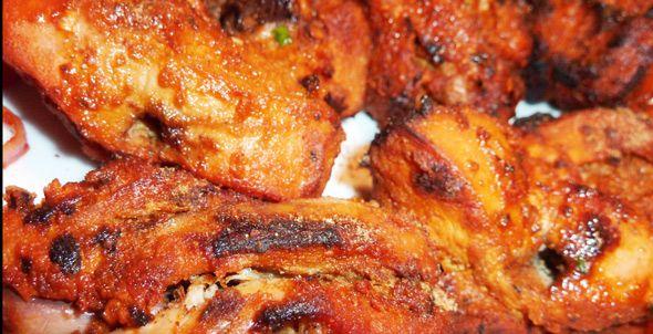 Het recept voor deze populaire tandoori kippenvleugels is wat aangepast om de vleugels op de barbecue te kunnen opwarmen en afbakken.