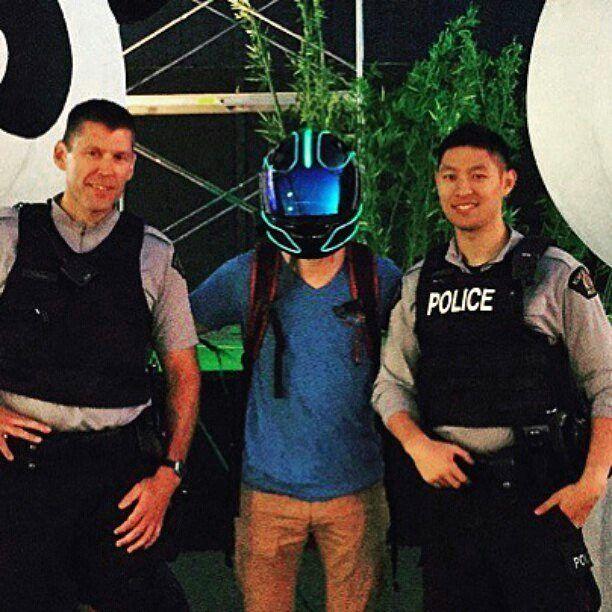"""Arrêté par la police pour faire une photo avec le casque lumineux Tron3. Le casque de moto lumineux """"Tron3"""" par #heartjacking le truc le plus cool que tu aies vu récemment.  https://www.heartjacking.com/fr/47-casque-lumineux-masque-led       #heartjacking #masquelumineux #casquelumineux #masquecustomise #masquesurmesure #edmlifestyle #edmlife #edmpartypeople #edmfriends #edmmoments #edmnation #edmlove #edmlovers #edmaddict #edmbabe #dance #edm #ravers #tmlradio #edmsavedmylife #edmmaniac…"""