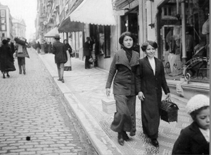 Women walking down the street, Lisboa Antiga, c. 1910s