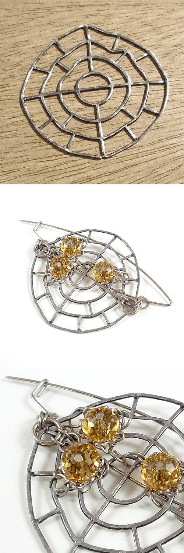 NAOS Joyería Contemporánea / Colección Objetos encontrados / Piezas de hierro encontradas en la vía pública, combinadas con acero envainado, alambre de acero, cadenas, argollas, mostacillas y cristales.