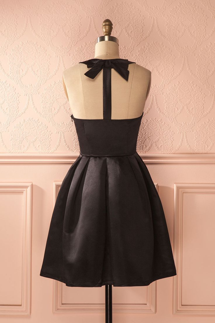 Elle était la plus ravissante avec sa somptueuse robe noire ! She was ravishing in her sumptuous black dress! Black a-line halter dress https://1861.ca/collections/products/dwynwenn