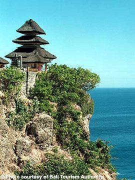 ウルワツ寺院。バリの最南端の地で海抜76mの高さん建つウルワツ寺院。インドネシア 旅行・観光におすすめのスポット。