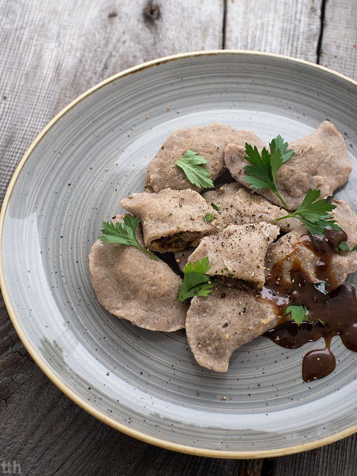 true taste hunters - kuchnia wegańska: Pierogi jaglane z zieloną soczewicą i grzybami oraz sosem grzybowym (wegańskie, bezglutenowe)