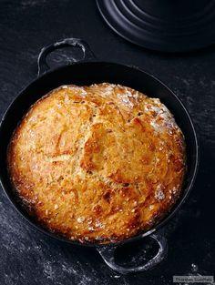 """Ein New Yorker Bäcker machte das """"no-Knead-Bread"""" (engl.: to knead = kneten) bekannt. Der Teig wird nur ein paar Mal geklappt. Unsere Variante mit Dinkel wird saftig kernig."""