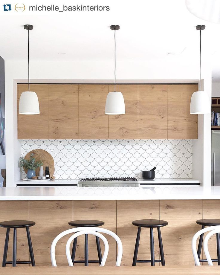 Kitchen crush ✖️ ohhh I love every inch of this beautifully textural kitchen by @michelle_baskinteriors ✖️ fish scale splashback... oak cabinetry... contrasting black and white details... mud pendants... thonet chairs... wowsers!! ✖️
