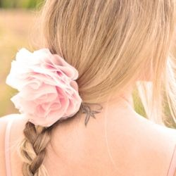 Romantic flower accessory DIY. Wear this French Pouf on your lapel, belt, in your hair or on your bag! Easy & sweet perfect wedding DIY