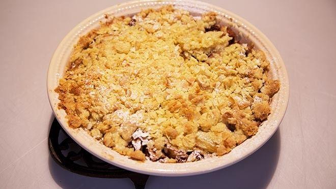 Rudolph's Bakery | an de suiker aan de kook. Roer de eidooiers met de resterende suiker los en roer de bloem erdoor. Meng een scheutje warme melk door het eimengsel, schenk...