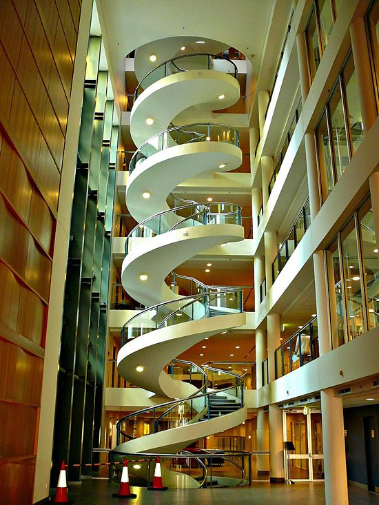 """""""La escalera de caracol Ultimate"""" ... en el Instituto Garvan en Sydney, Australia ... haciendo que navegar por 6,5 revoluciones y cinco pisos de arriba a abajo."""